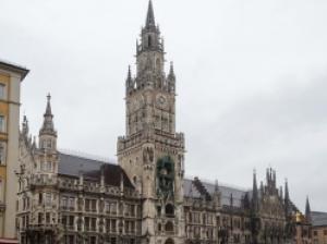 ミュンヘンはドイツ3大都市!バイエルンの新旧市庁舎を巡り、王宮へ