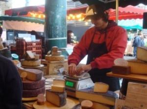 おいしいロンドンがギュッと詰まった食品市場「バラ・マーケット」