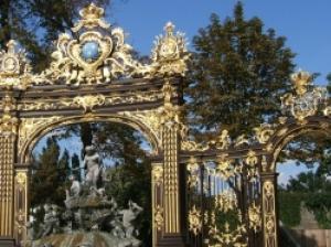 ロココ様式による優雅な装飾が取り囲むナンシー、スタニスラス広場