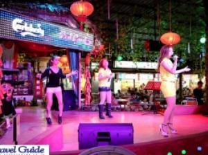 ペナン・毎夜大音量で歌謡ショーが開かれる屋台村「レッドガーデン」