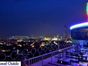 ジョージタウンの夜景を一望、回転レストラン「スリーシックスティー」