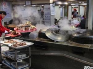驚きの珍味部位も味わえる大釜でじっくり煮込んだ市場式スープを訪ねて