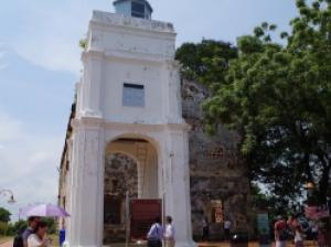 マラッカの丘のサビエル像とセントポール教会に残るアジアと西欧の歴史