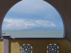 満潮時にはまるで海に浮かぶように見えるペナン島の水上モスク