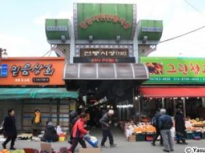 ほかほかキムチ餃子とコスパ抜群の希少部位焼肉に出合える広大な迷路市場