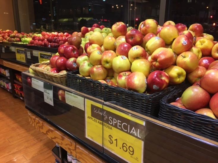 リンゴは1年中スーパーにある。剥かずにかじるのがカナダ流
